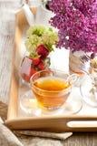 Pequeno almoço com chá e morangos Fotografia de Stock Royalty Free