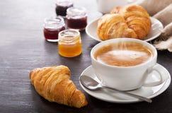 Pequeno almoço com chávena de café e croissants Imagens de Stock