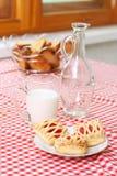 Pequeno almoço com leite e bolo Fotografia de Stock