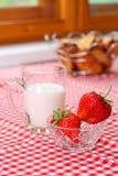 Pequeno almoço com leite e morango Imagens de Stock Royalty Free