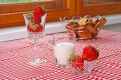 Pequeno almoço com morango e leite Imagem de Stock Royalty Free