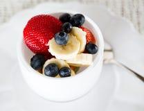 Pequeno almoço da banana das morangos das uvas-do-monte Imagens de Stock