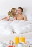 Pequeno almoço da lua de mel do hotel de luxo - par na cama Imagens de Stock