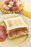 Pequeno almoço do sanduíche do bacon e do ovo Imagens de Stock
