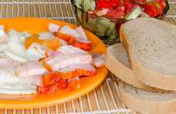 Pequeno almoço dos ovos fritados com salada Fotos de Stock Royalty Free