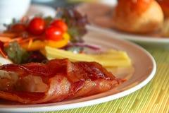tomate, bacon, cogumelos, chees e salada grelhados na tabela fotografia de stock royalty free