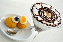 Pequeno almoço italiano com cappuccino e doces fotografia de stock royalty free