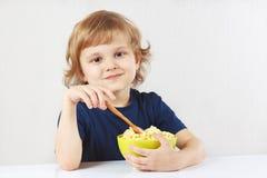 Pequeno almoço louro pequeno do menino um cereal do painço Foto de Stock Royalty Free