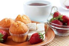 Pequeno almoço: morango, queijo de creme, queques, chá Foto de Stock Royalty Free