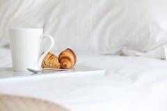 Pequeno almoço na cama Fotos de Stock