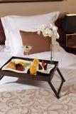 Pequeno almoço na cama em uma sala de hotel Fotos de Stock