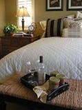 Pequeno almoço na cama (foco na bandeja do alimento) Fotografia de Stock Royalty Free