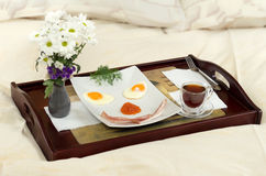 Pequeno almoço na cama - sorriso Imagens de Stock Royalty Free
