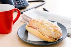 Pequeno almoço no escritório Imagens de Stock