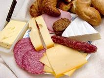 Pequeno almoço, pão fresco, queijo e carne. fotografia de stock
