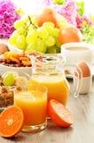 Pequeno almoço que inclui o café, pão, mel, sumo de laranja, muesli Fotografia de Stock Royalty Free