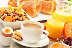 Pequeno almoço que inclui o café, pão, mel, sumo de laranja, muesli Foto de Stock