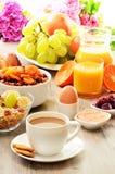 Pequeno almoço que inclui o café, pão, mel, sumo de laranja, muesli Fotos de Stock