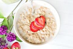 Pequeno almoço quente do oatmeal fotografia de stock royalty free