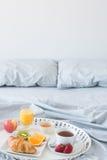 Pequeno almoço saudável na cama Imagens de Stock