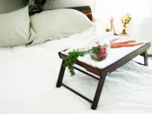 Pequeno almoço saudável na cama Fotos de Stock Royalty Free