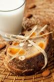 Pequeno almoço saudável: pão inteiro da grão com porcas e Foto de Stock Royalty Free