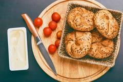 Pequeno almoço serido Bolos cozinhados com tomates de cereja e queijo derretido Fotografia de Stock