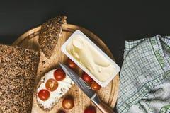 Pequeno almoço serido Bolos cozinhados com tomates de cereja e queijo derretido Foto de Stock
