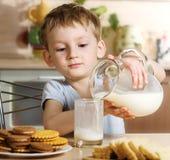 Pequeno almoço com leite Fotografia de Stock