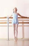 Pequeno bailarina que faz exercícios na classe de dança imagem de stock
