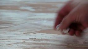 Pequeno branco corta na tabela de madeira da textura filme