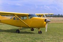 Pequeno e claro - Piper Aircraft amarela próximo ao fugitivo pronto para decolar Imagem de Stock Royalty Free