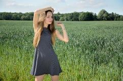 Pequeno mulher e natureza Imagem de Stock