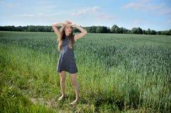 Pequeno mulher e natureza Imagens de Stock Royalty Free