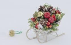 Pequeno trenó de madeira do brinquedo com decoração do Natal Imagens de Stock Royalty Free