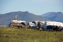 Pequeno trenó de Nenets carregado com os bens domésticos Fotos de Stock Royalty Free