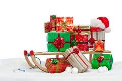 Pequeno trenó de Santa carregado com os presentes envolvidos presente Fotografia de Stock Royalty Free