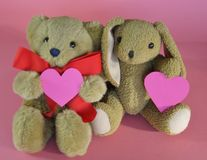 Pequeno urso e coelho de peluche do Valentim com corações no CCB cor-de-rosa imagens de stock royalty free
