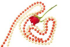 Pequeno vermelho aumentou, corações vermelhos e dourados originais de brilhante e do Br Fotografia de Stock Royalty Free