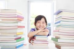 Pequenos felizes apreciam estudar fotos de stock royalty free