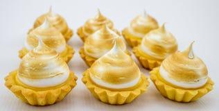 Pequenos galdérias bonitas e deliciosas da merengue do limão Imagens de Stock