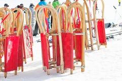 Pequenos trenós e povos vermelhos do esqui Fotografia de Stock Royalty Free