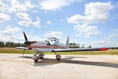 Pequeño aeroplano en pista de aterrizaje Fotografía de archivo