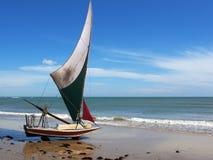 Pequeño barco de vela en la playa, el Brasil de Jangada Fotografía de archivo