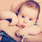 Pequeño bebé en las manos del papá Imagenes de archivo