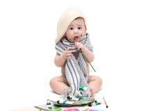Pequeño bebé que se sienta con las pinturas Fotos de archivo libres de regalías