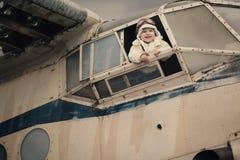 Pequeño bebé que sueña con ser piloto Imagenes de archivo