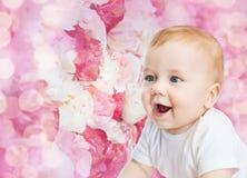 Pequeño bebé sonriente Fotografía de archivo libre de regalías