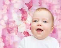 Pequeño bebé sonriente Imagen de archivo libre de regalías