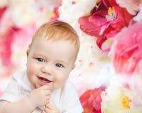 Pequeño bebé sonriente Foto de archivo libre de regalías